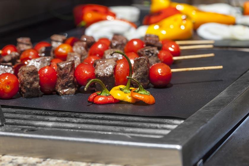 Fleisch und Gemüse auf einer Grillmatte