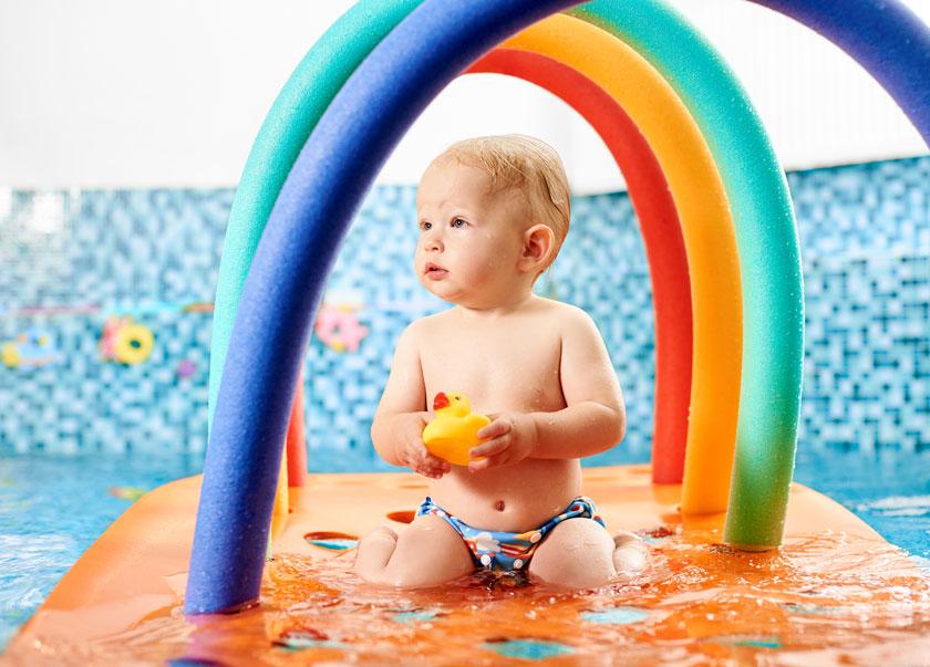 Wasserpielmatte Baby im Schwimmbad mit Schwimmhilfen
