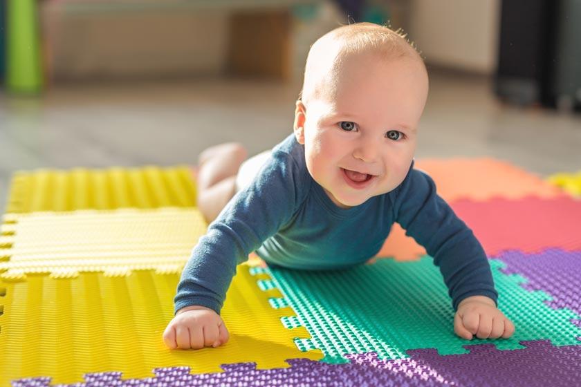 Baby auf Krabbelmatten Ratgeber Matte1