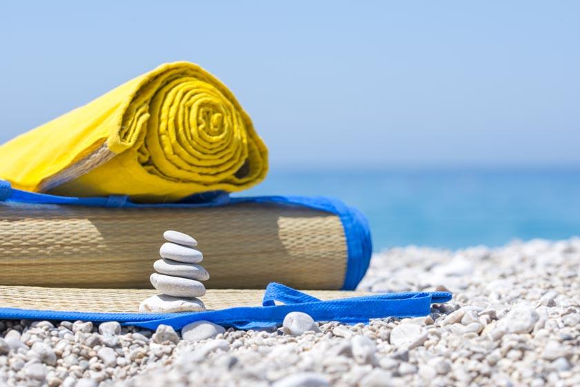 Zwei Strandmatten auf weißem Kiesstrand